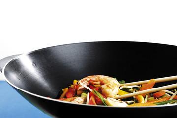 Gemüse und Garnelen im Wok, mit Essstäbchen