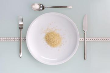 Reis auf Teller mit Besteck