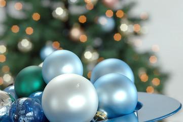Weihnachtsbaumkugeln, dekoriert auf Schale