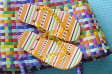 Flip-Flops auf farbiger Tasche