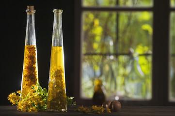 Österreich, Salzburger Land, Johanniskraut Öl in der Flasche auf dem Tisch