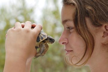 Teenager-Mädchen mit Schildkröte