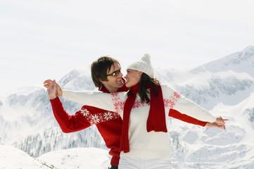 Paar in den Bergen, umarmen sich