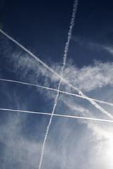 Kondensstreifen in Himmel