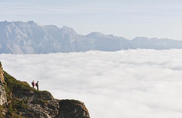 Österreich, Steiermark, Reiteralm, Paar, Wanderer bewundern Aussicht über den Wolken