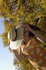 Junge Frau mit Hut, lächelnd, Porträt