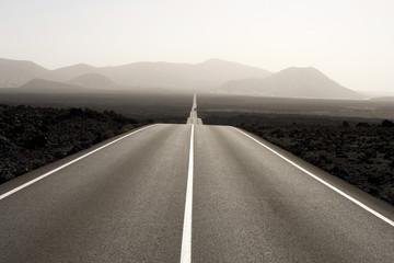 Spanien, Lanzarote, leere Straße durch Landschaft