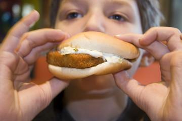 Junge essen Fisch sandwich