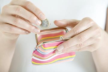 Frau mit Portemonnaie