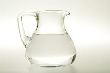 Glaskaraffe mit Wasser