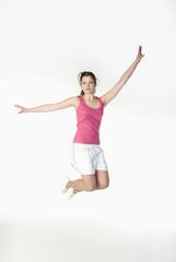 Brunette Mädchen in der Sportkleidung, springen, Portrait