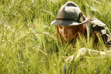 Junge Frau versteckt sich im Feld
