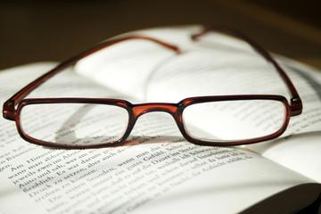 Brille auf Buch, close-up