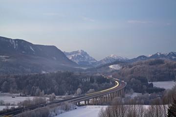 Deutschland, Bayern, Autobahnbrücke mit Berglandschaft