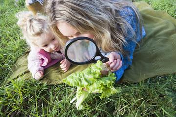 Mutter und Tochter gerade Salatblatt Trog Lupe