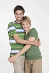 Porträt junges Paar umarmen