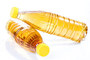 Zwei Flaschen Apfelsaft