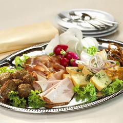 Käse, Schinken und Fleisch auf dem Teller
