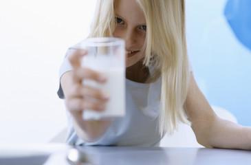 Mädchen hält ein Glas Milch