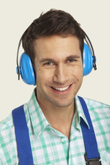 Mann tragen Ohrenschutz, lächeln, close-up, Portrait