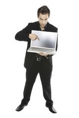 Junger Mann mit Laptop, close-up
