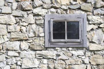 Geschlossene Fenster auf Steinmauer