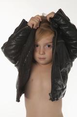 Junge ausziehen Lederjacke, Portrait, close-up