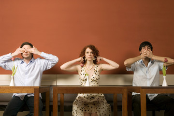 Junge Männer und eine Frau, nichts sehen, nichts hören, nichts sagen