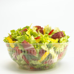 Gemischter Salat in Plastikschale, close-up