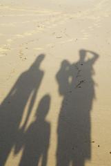Südafrika, Gansbaai, schatten of Familie am Strand, close-up