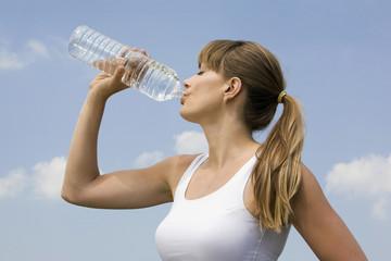 Junge Frau trinkt Wasser, Porträt