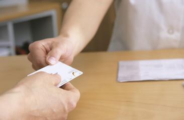 Mann Austeilen Krankenversicherungskarte,