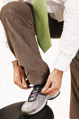 Mann bindet Schuh zu