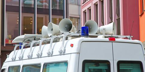 Polizeifahrzeug mit Lautsprecher