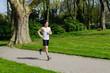 student joggt durch einen park