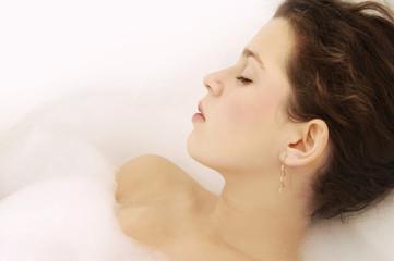 Junge Frau entspannenden im Schaumbad