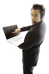 Junger Mann mit Head-Set, mit Laptop, close-up