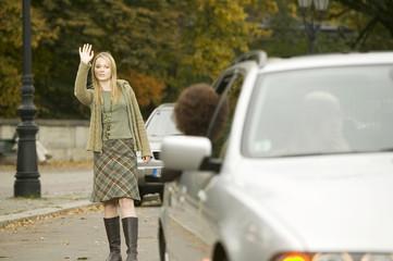 Mädchen stehen auf der Straße, winken