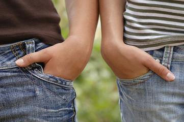 Zwei Mädchen mit den Händen in den Taschen