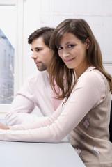 Mann und Frau im Büro, close-up