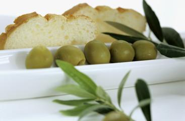 Grüne Oliven mit Weißbrot