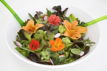 Frischer Salat mit essbaren Blüten