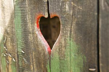 Holztür mit Guckloch als Herzform gebildet