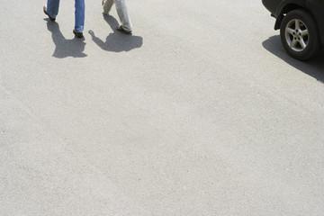Männer gehen spazieren gehen auf Straße mit Auto