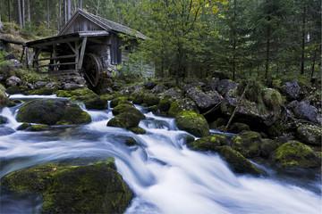 Österreich, Golling, Wasserfall durch kleine hölzerne Wassermühle gesehen