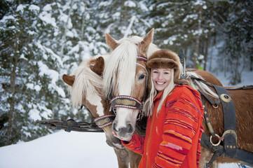 Österreich, Salzburger Land, Junge Frau, neben Pferden