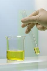 Wissenschaftler vermischt Flüssigkeiten