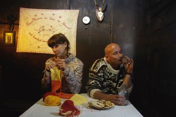 erwachsenes Paar sitzt am Tisch in Almhütte