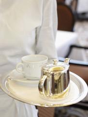 Kellner serviert Kaffee