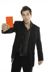 Junger Mann halten eine rote Karte, close-up